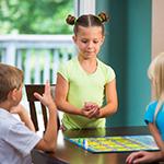 Jeux de société et enfants : entre collaboration et affrontement